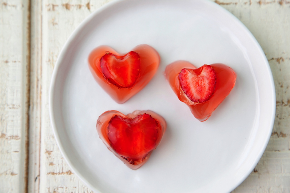 Vegan Strawberry Jello Hearts from Weelicious for @CAStrawberries #StrawberryRed